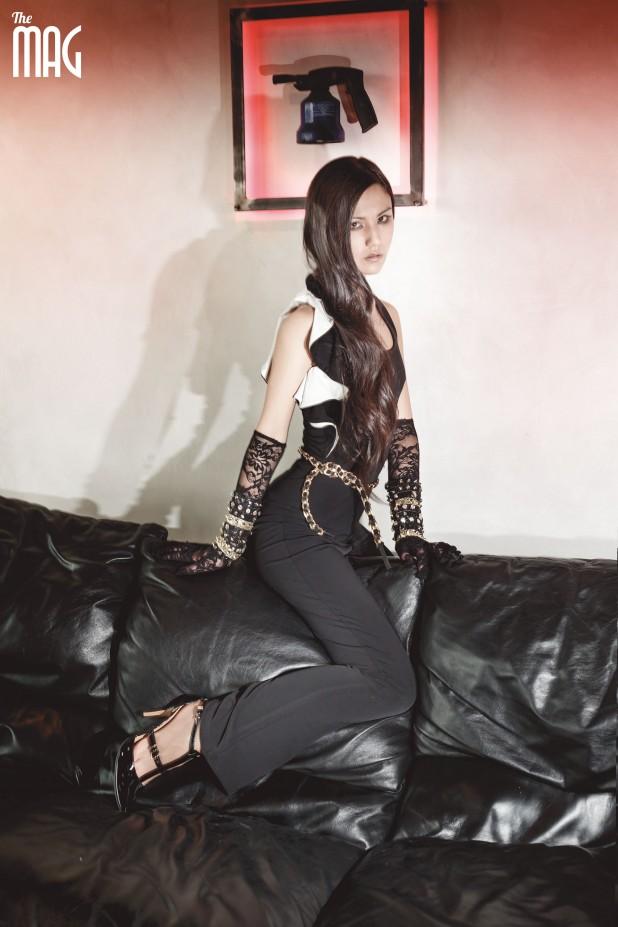 """ABITI: Cash Cash Charo: tuta Donna con rouches a contrasto (IEPA) SCARPE: Novecento BRACCIALI e CINTURA: Handmade Charo: braccialetti in lurex e diamanti, con borchie in nero e oro; cintura """"chanel"""" in pelle e catene. MAKE UP: Anna Club Estetica HAIR: Freestyle Acconciature"""