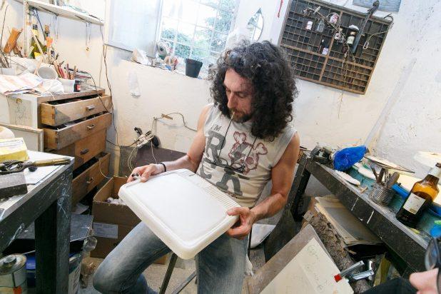 Francesco Fantini con una sua opera