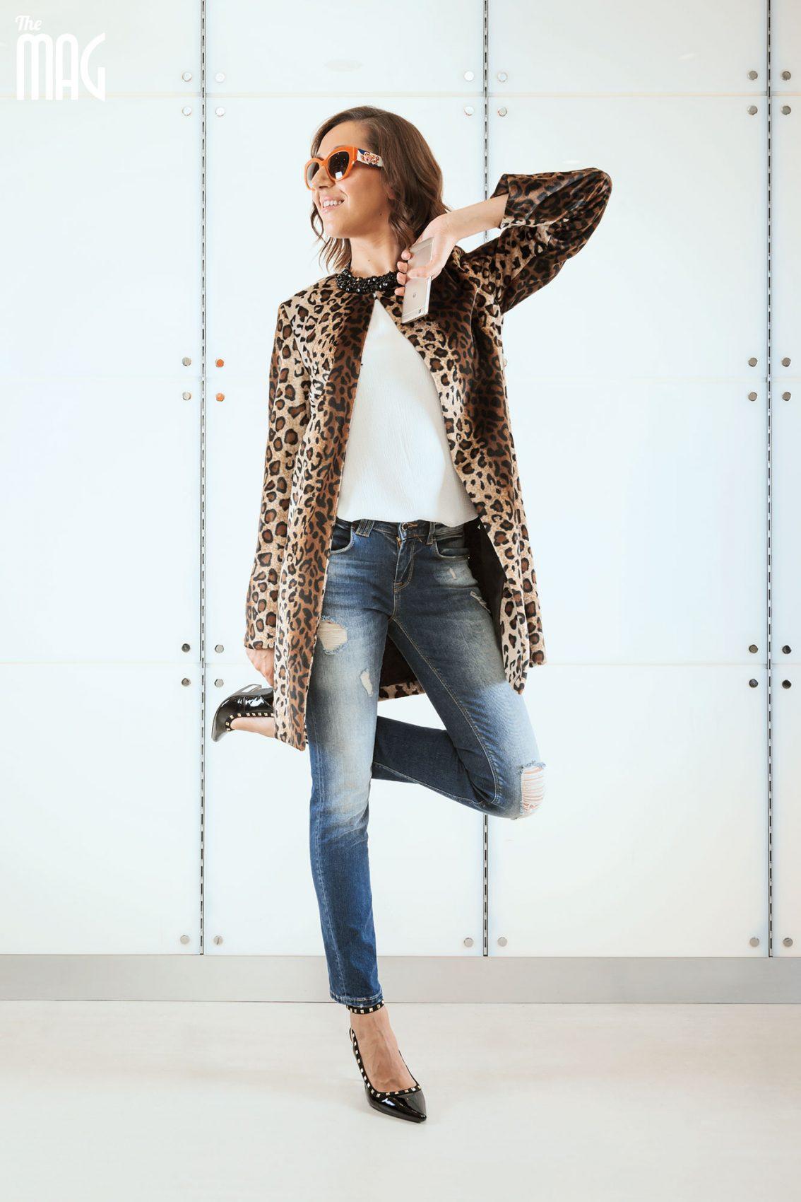ABITI  Motivi Top bimaterico con pizzo; cappotto maculato; jeans straight leg; girocollo con pietre a fiore. SCARPE: Motivi décolleté con cinturino alla caviglia e borchie gold. - OCCHIALI: Ottica Dragoni - linea Dolce&Gabbana, modello: D&G 4278 3046/8g, realizzato in acetato e con le aste in legno di noce canaletto, Limited Edition. - TELEFONI: Barton 6 Huawei p8 lite smart - MAKE UP: Limoni HAIR: Armonie