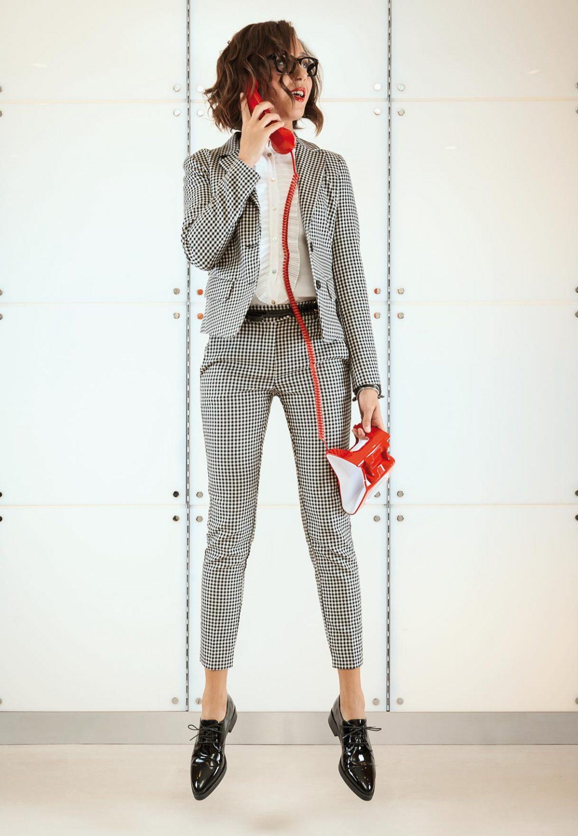 ABITI  Motivi tailleur composto da blazer in tessuto stretch lavorazione check black & white e pantalone dritto; camicia in cady con motivo plissé e bottoni in madreperla. SCARPE: Motivi - Cintura e stringate invernice. TELEFONO: Barton Sirio Classico. OCCHIALI: Ottica Dragoni - linea Prada, Modello: Vpr11s 1Ab1o1. - MAKE UP: Limoni - HAIR: Armonie
