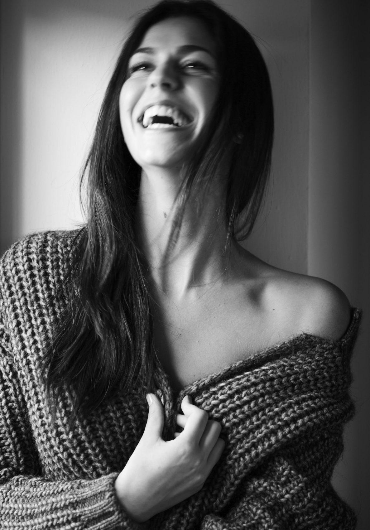 Arianna Torrioli mentre sorride con gli occhi luminosi e maglione a pelle