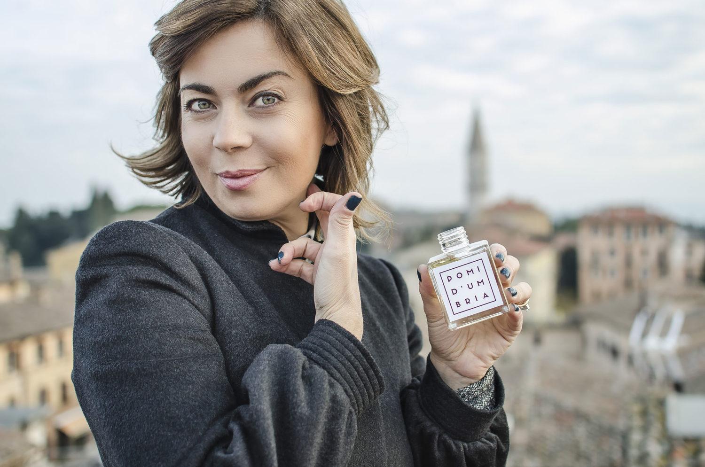 Simona Checcaglini si profuma il collo con una fragranza