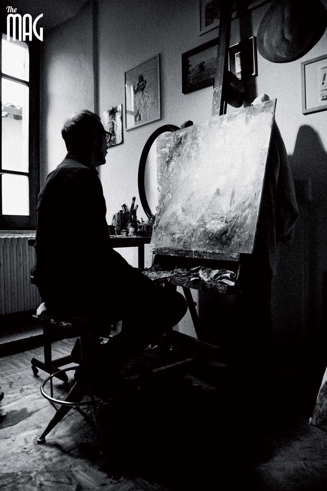 Giampaolo Tomassetti davanti ad un suo quadro