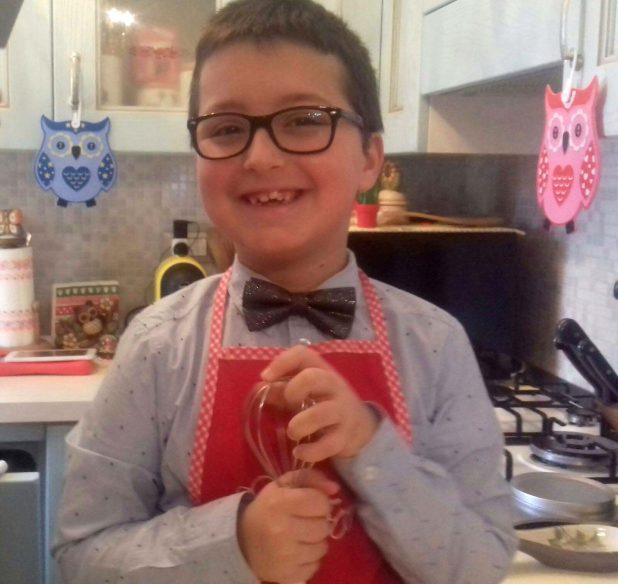 il piccolo Pietro Bake Off Italia sorridente in cucina