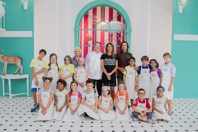 Foto di gruppo dei concorrenti di Junior pake Off con il piccolo Pietro