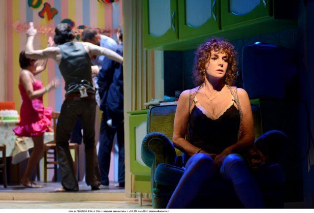 Una scena di Notturno di donna con ospiti con Giuliana De Sio