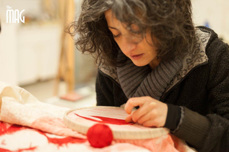 Ilaria Margutti mentre ricama nel suo laboratorio di Sansepolcro