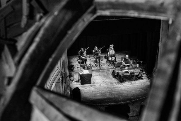 I musicisti dello spettacolo Viaggio al termine della notte con Elio Germano