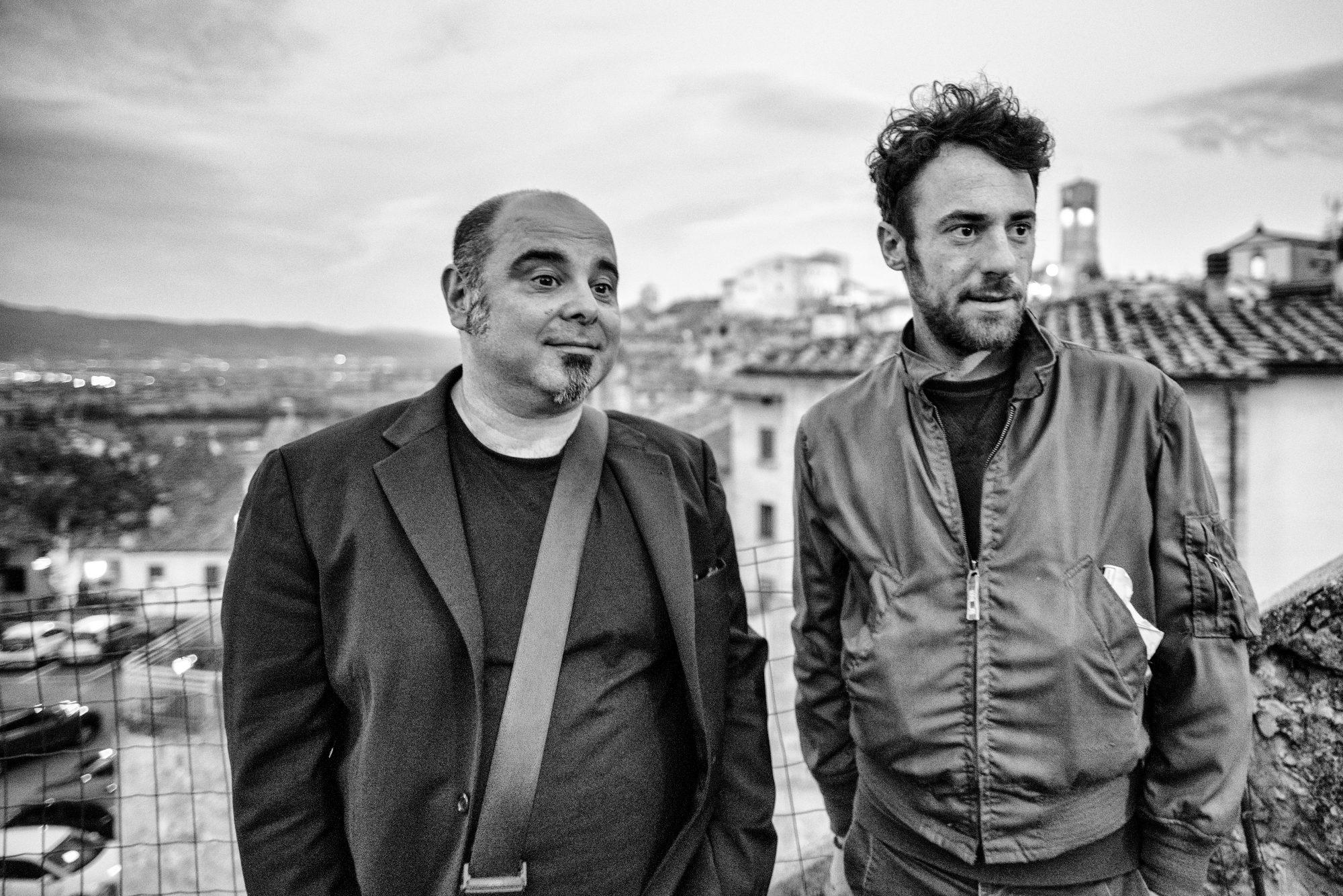 Elio Germano fotografato ad Anghiari insieme a Teho Teardo