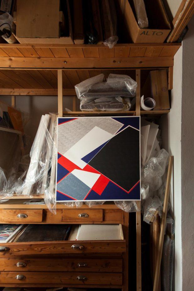 Opera di Fabio Mariacci ambientata nello scaffale del laboratorio