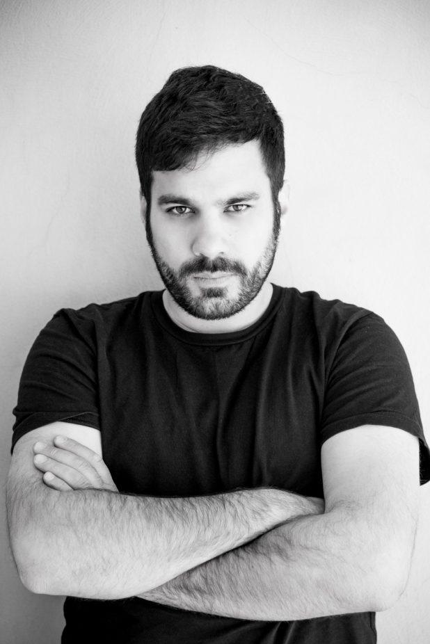 ritratto in bianco e nero di Matteo Casilli con le braccia conserte