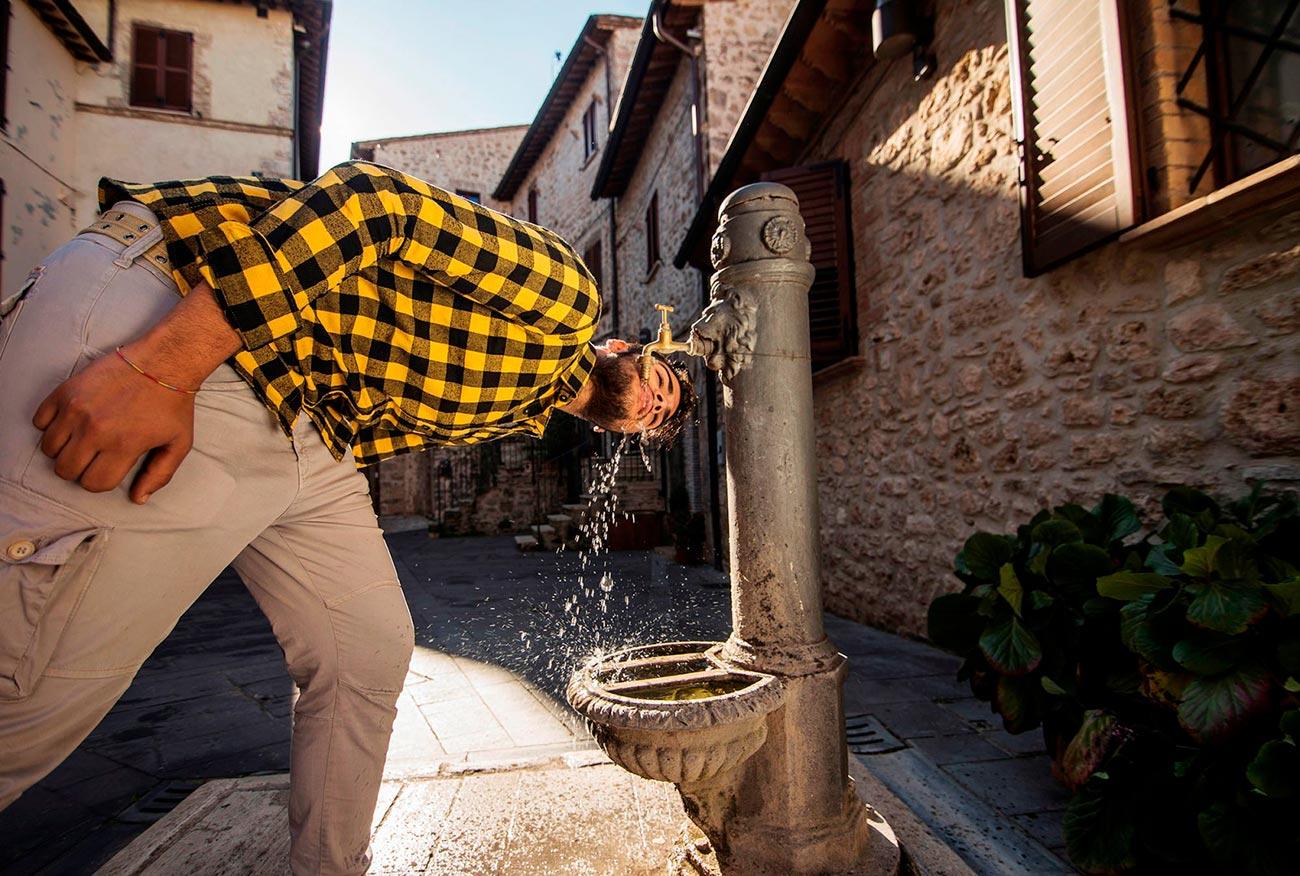 Diventi Umbria - ragazzo beve ad una fontana a Massa Martana