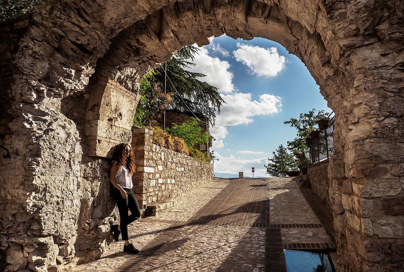 Diventi Umbria - l'arco di Spello