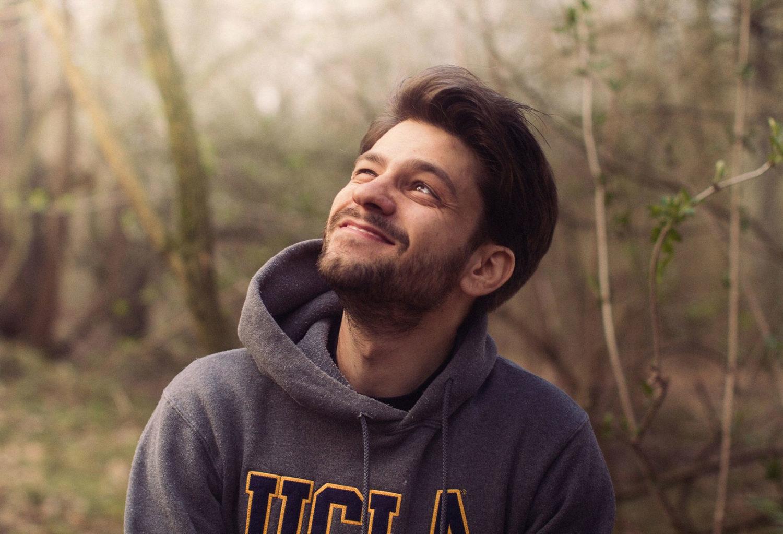 Giovanni Pierangeli sorride e guarda in alto
