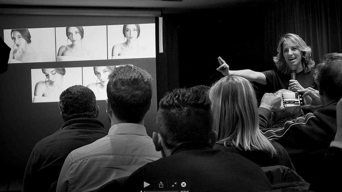 Marianna Santoni in una lezione frontale durante un workshop di photoshop