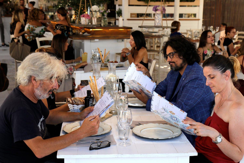 Alessandro Borghese a tavola con i concorrenti