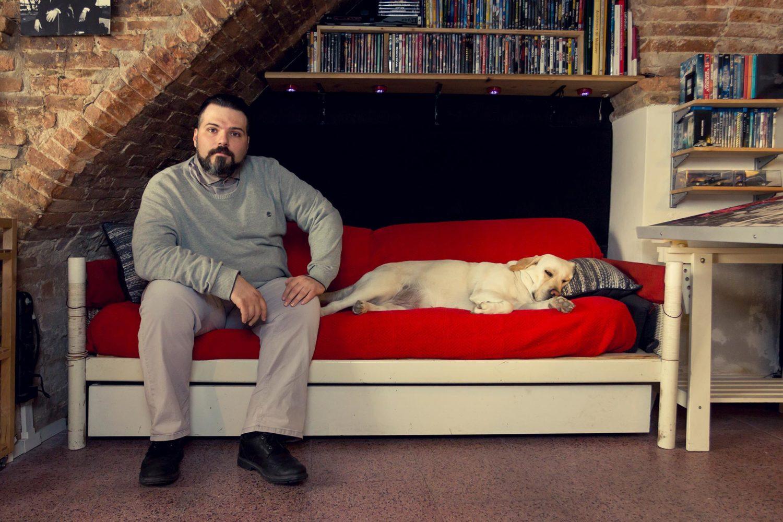 Ritratto di Andrea Nero Cavargini nel laboratorio di disegno con il suo cane che dorme nel divano