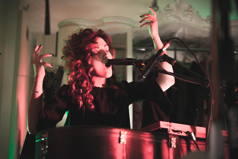 Daiana dei Daiana Lou mentre suona le percussioni e canta