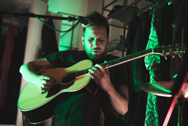 Daiana Lou particolare di Luca mentre suona la chitarra