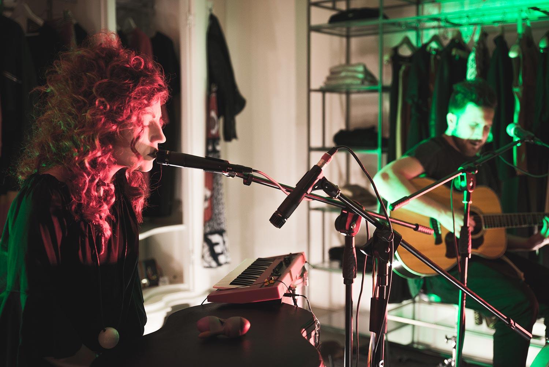 Daiana Lou suonano insieme chitarra e voce in concerto