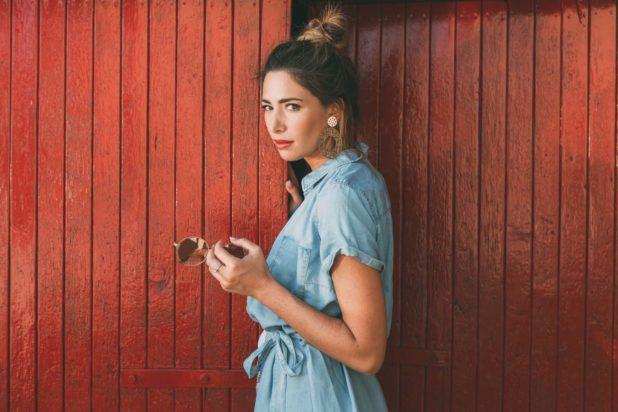 Monica Bartolucci posa in una foto su una porta rossa come sfondo