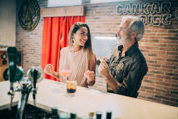 Massimo Gradini e Monica Bartolucci scherzano e sorridono insieme in un locale di Trestina