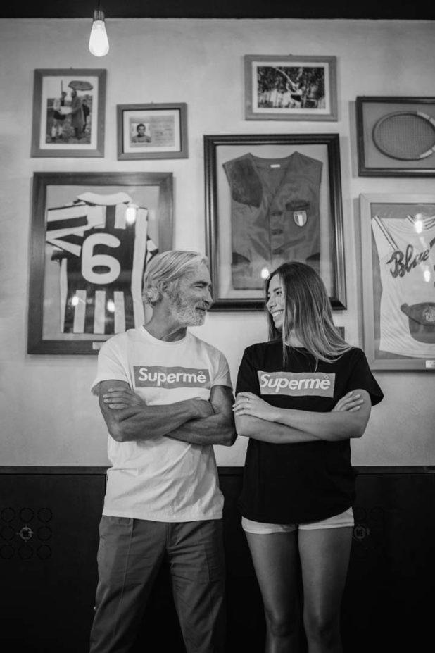 Massimo Gradini e Monica Bartolucci si guardano ridendo in un ritratto in bianco e nero