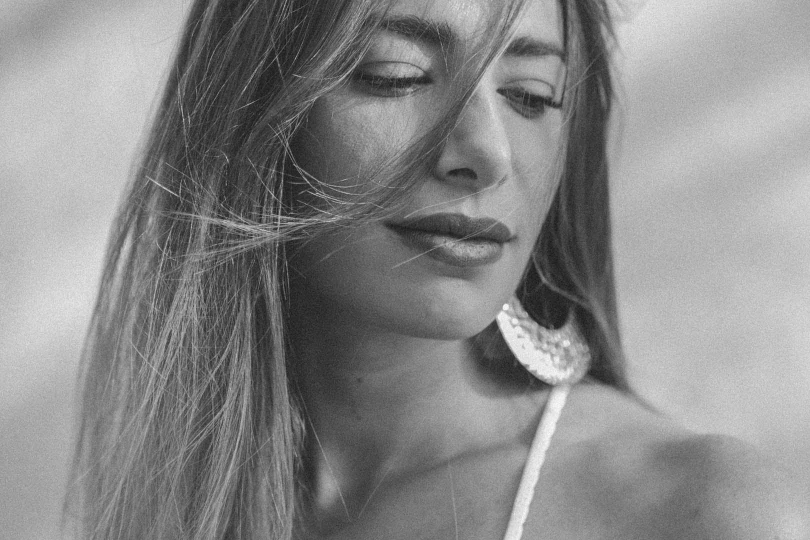 ritratto di Monica Bartolucci con grandi orecchini e sorriso