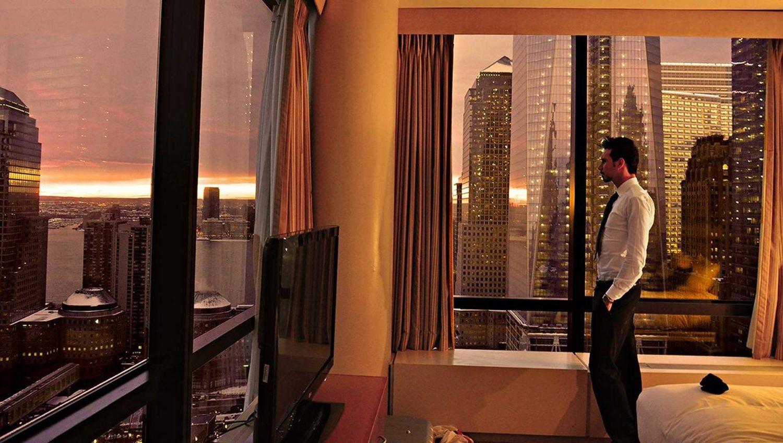 Paul Pedana in albergo mentre guarda fuori della finestra