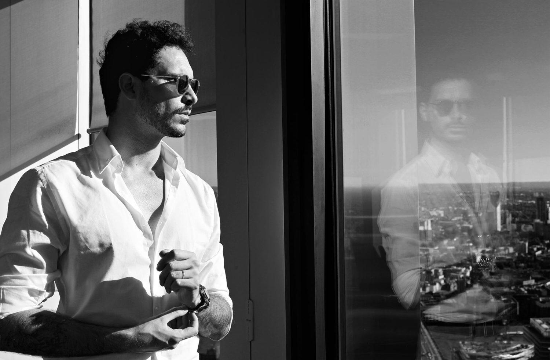ritratto di Paul Pedana difronte alla finestra