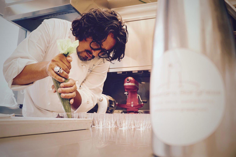 Alessandro Borghese in cucina mentre prepara delle pietanze
