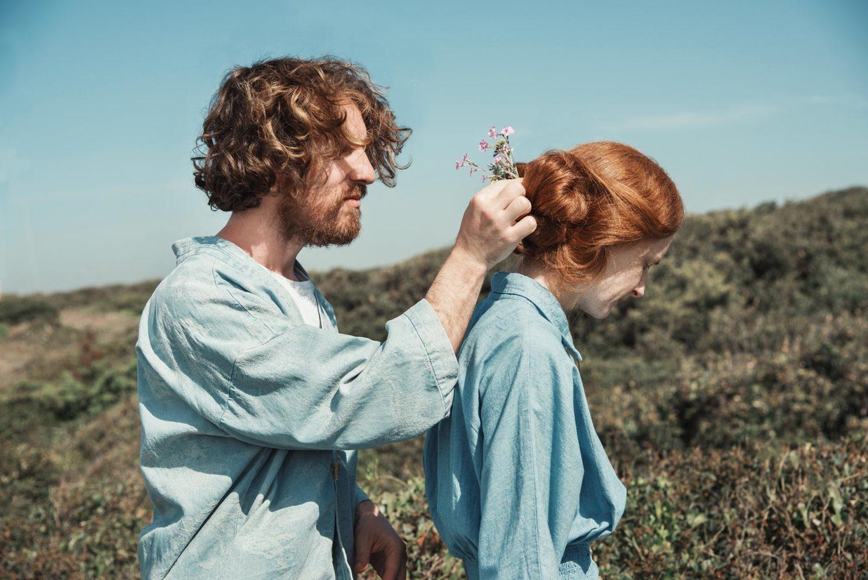 Alberto Baraghini mette dei fiori nei capelli rossi di Giulia Beltrame