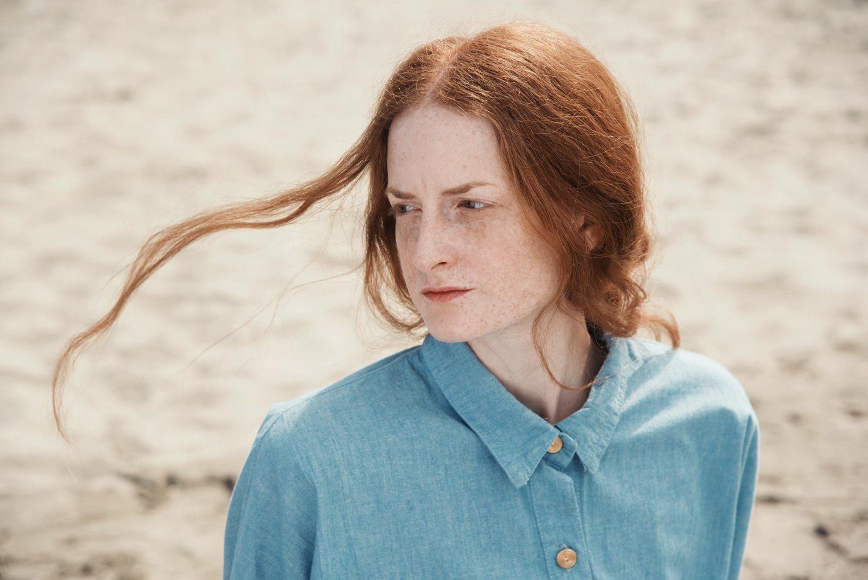 """Giulia Beltrame con i capelli accarezzati dal vento durante le riprese di """"Falling Upwards"""""""