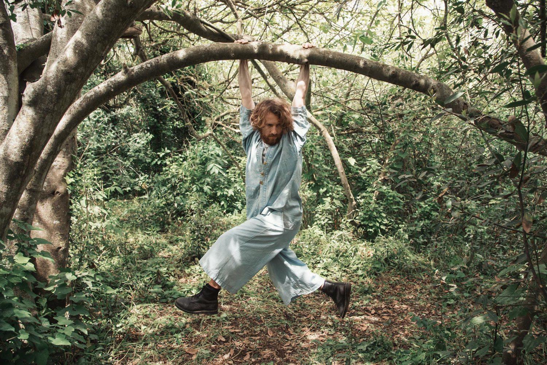 Alberto Baraghini aggrappato ad un albero in una pausa delle riprese del video degli Snow in damascus