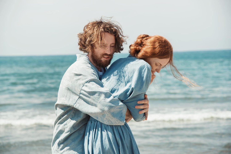 """Giulia Beltrame e Alberto Baraghini abbracciati in una scena del clip """"Falling Upwards"""" realizzato da Dromo studio"""