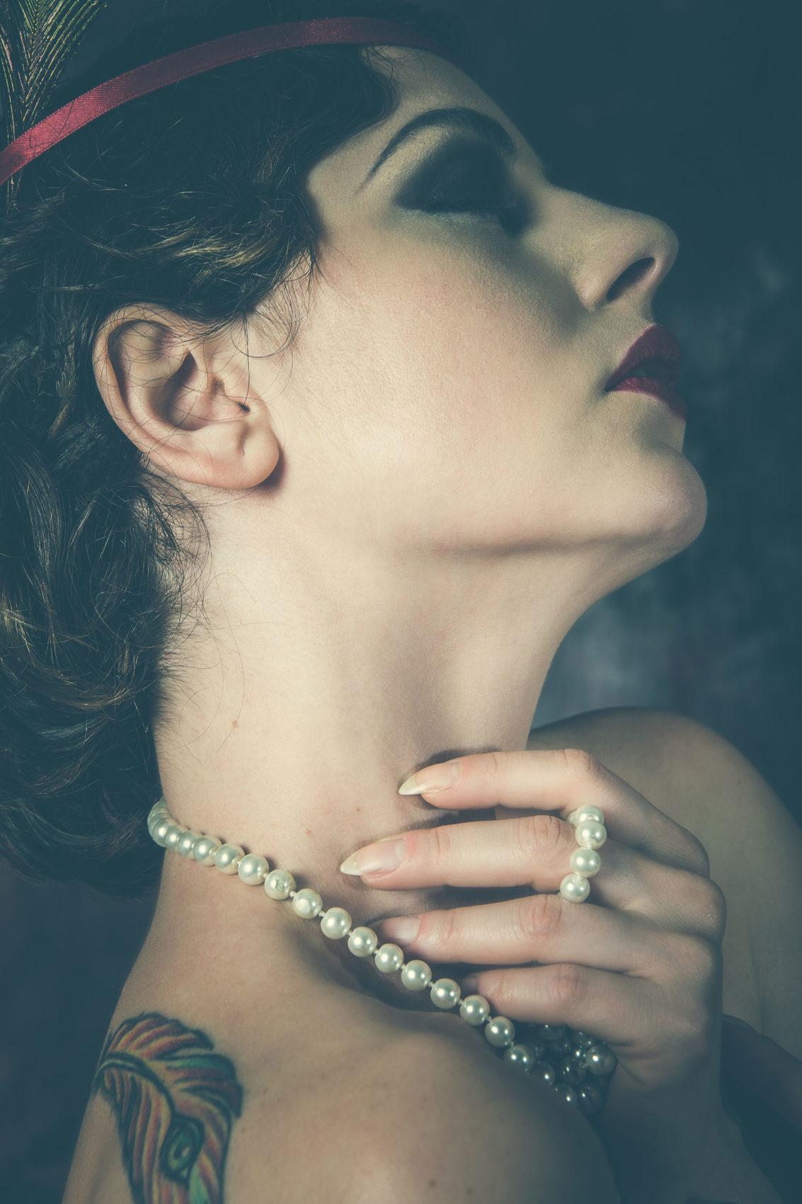 Jessica Frascarelli con collana di perle e una mano sul collo