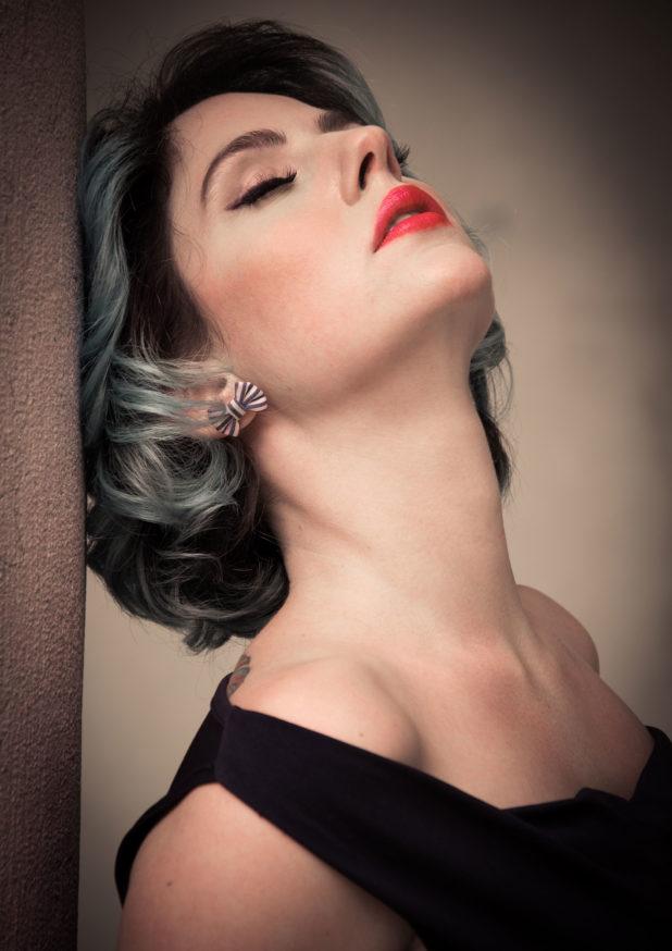 Jessica Frascarelli - posa sensuale mentre appoggia la testa alla parete