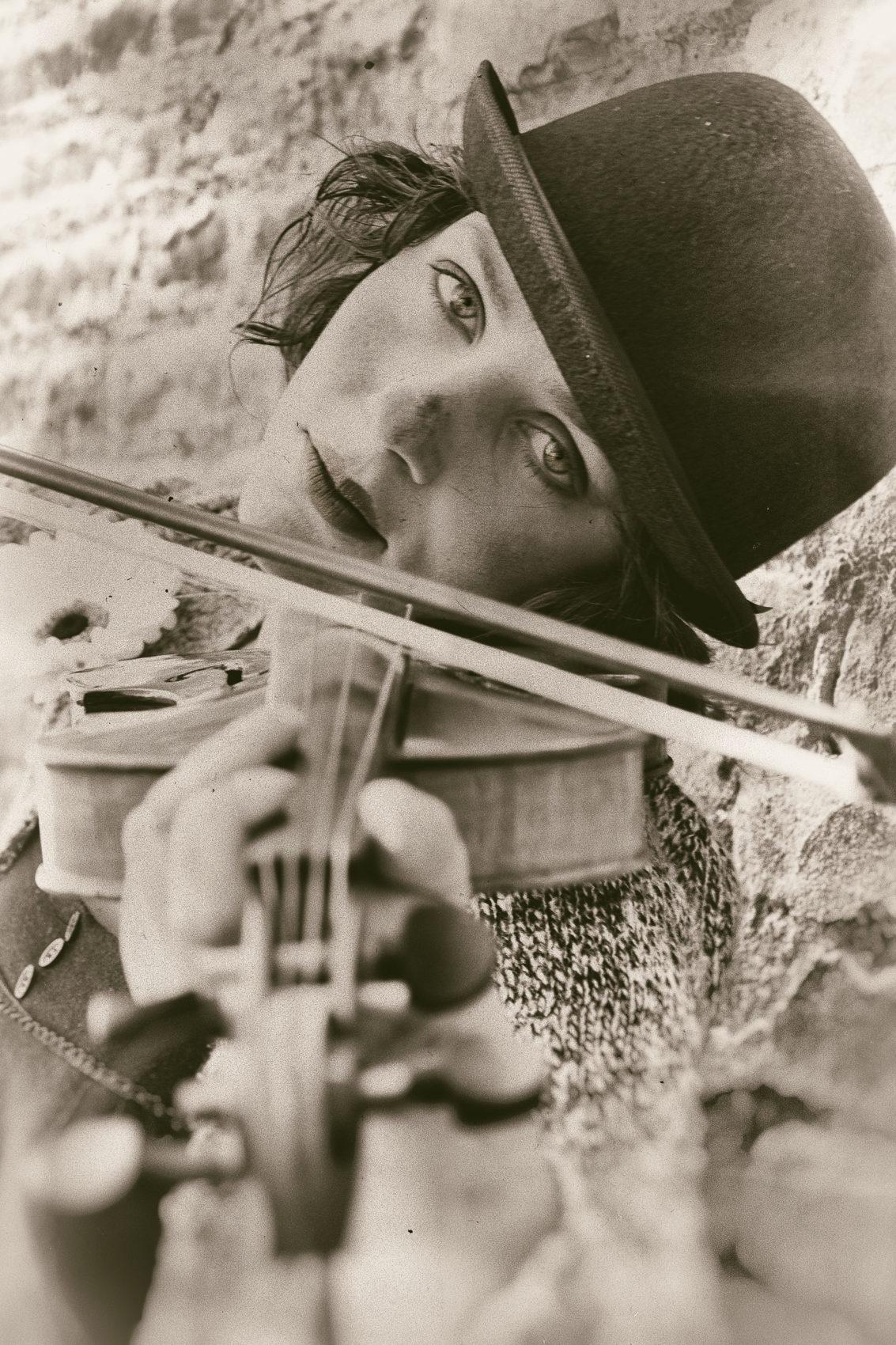 Jessica Frascarelli mentre suona il violino in una foto in bianco e nero