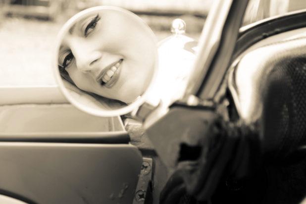 Jessica Frascarelli sorride riflessa nello specchietto retrovisore