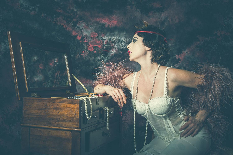Jessica Frascarelli - foto in studio davanti allo specchio in abiti da burlesque