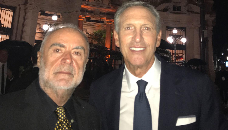 Fausto Bizzirri in un selfie con Howard Schultz davanti a Starbucks a Milano nel giorno dell'inaugurazione