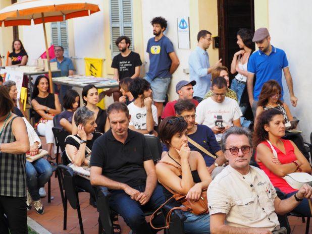 Il pubblico ascolta Federica Angeli a Foligno