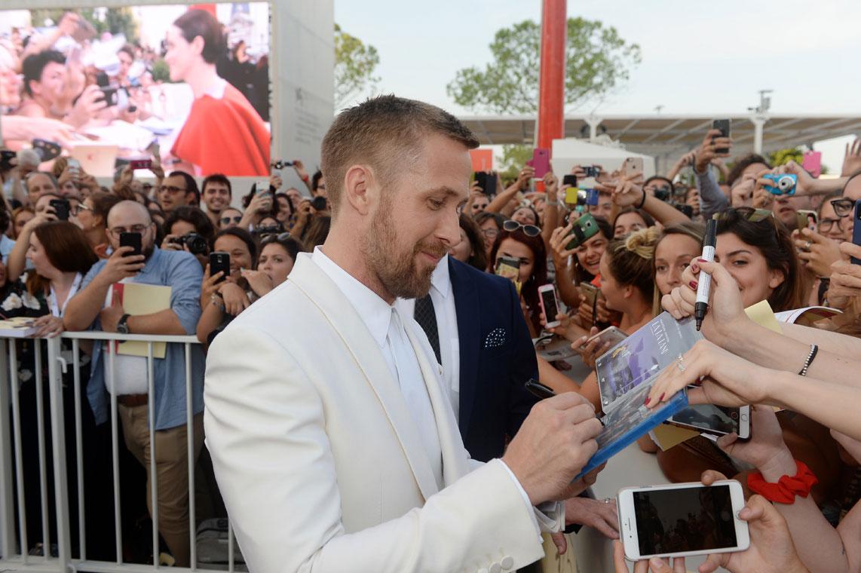 Ryan Gosling firma autografi ai fan alla 75 mostra del cinema di Venezia