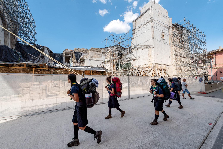 gruppo di boyscout a Norcia davanti alla basilica di San Benedetto distrutta dal terremoto