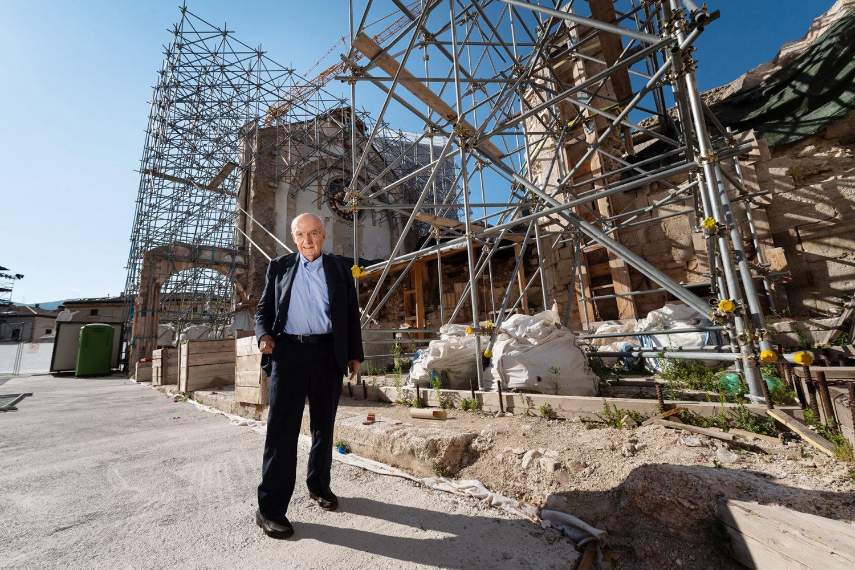 Antonio Paolucci davanti alla basilica di San Benedetto distrutta dal terremoto