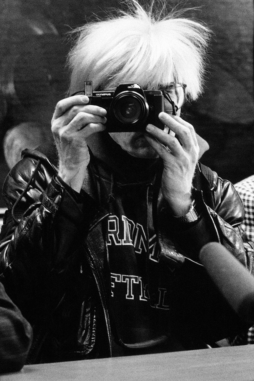 Andy Warhol che fotografa Maria Mulas