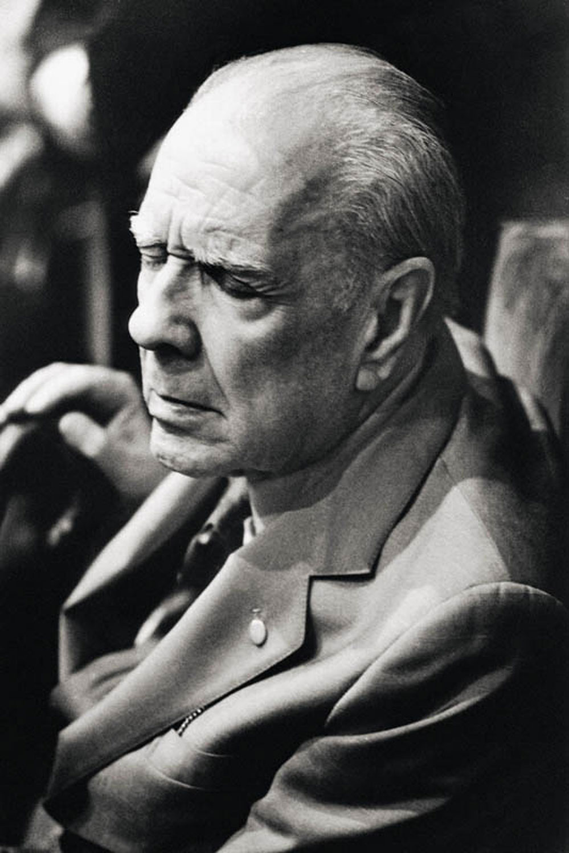 Jorge Louis Borges con gli occhi chiusi fotografato da Maria Mulas