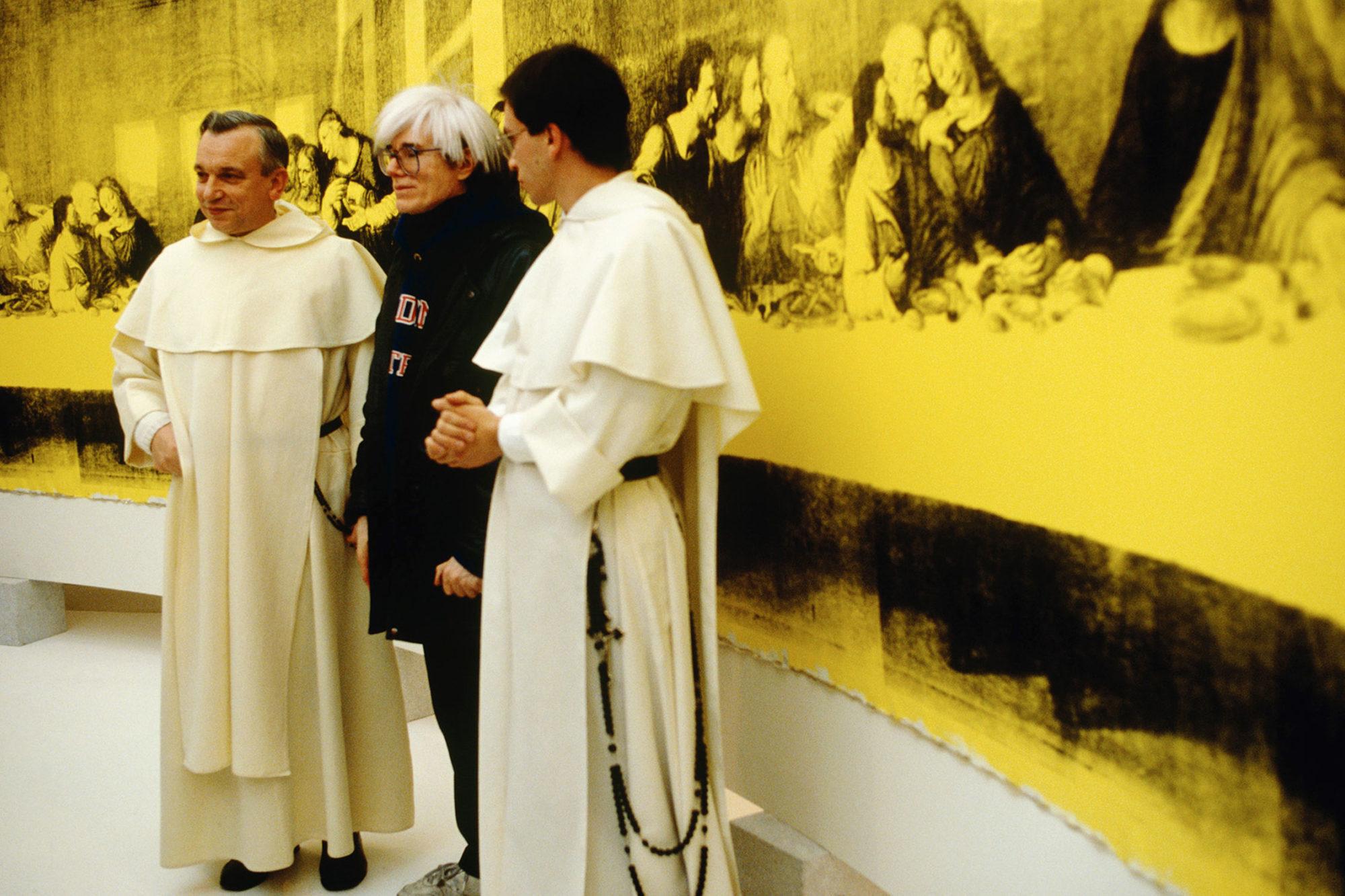 Andy Warhol e i frati davanti all'ultima cena di Leonardo da Vinci