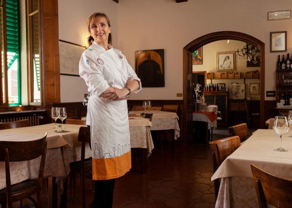 Alessia Uccellini sorridente nel suo ristorante a Sansepolcro