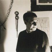 ritratto in bianco e nero di Dino Battaglia nel suo studio